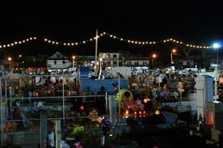 Un cimetière illuminé aux Antilles.