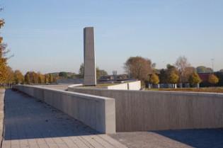 Du béton du béton ... et j'ose à peine la comparaison architecturale avec les camps de concentration.